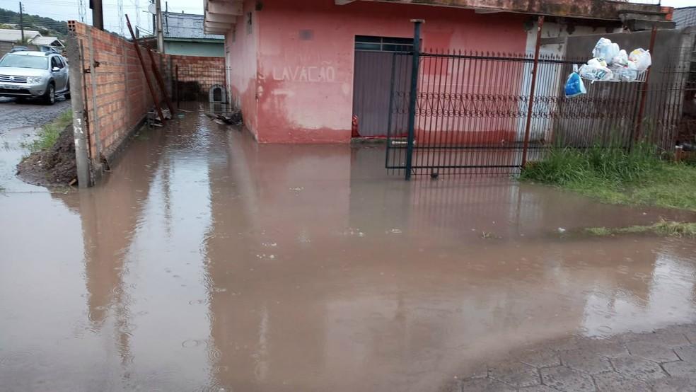 Alagamento em frente a casa em Lages nesta segunda-feira (28) no bairro São Luiz — Foto: Defesa Civil/Divulgação