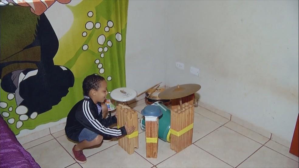 Miguel começou a fazer aulas com o tio para aprimorar o aprendizado do instrumento  — Foto: Reprodução/TV TEM