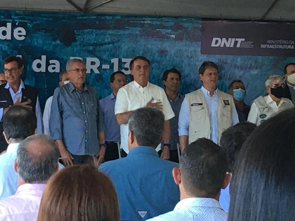 Bolsonaro durante cerimônia em Coribe para entregar parte da obra de adequação da BR-135 na Bahia — Foto: Carlos Augusto/TV Oeste