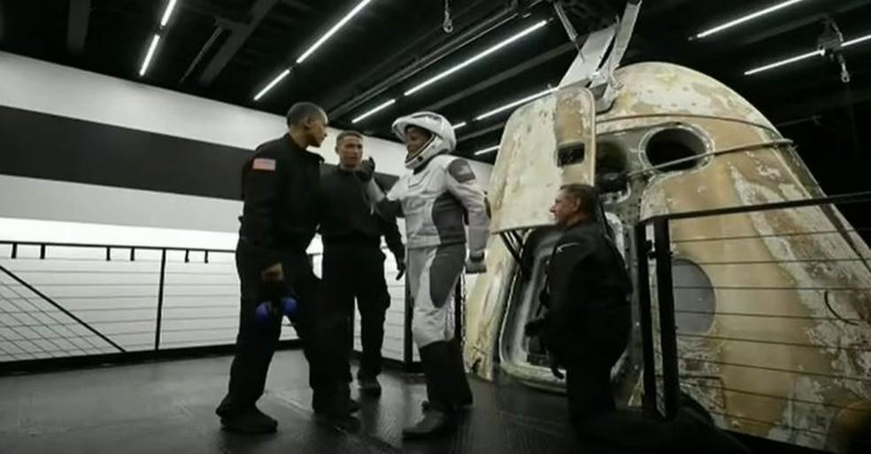 Dra. Sian Proctor, pilota da missão Inspiration4, saindo da cápsula Dragon — Foto: Reprodução