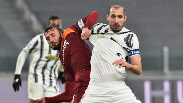 Cristante puxa camisa de Chiellini durante Juventus x Roma