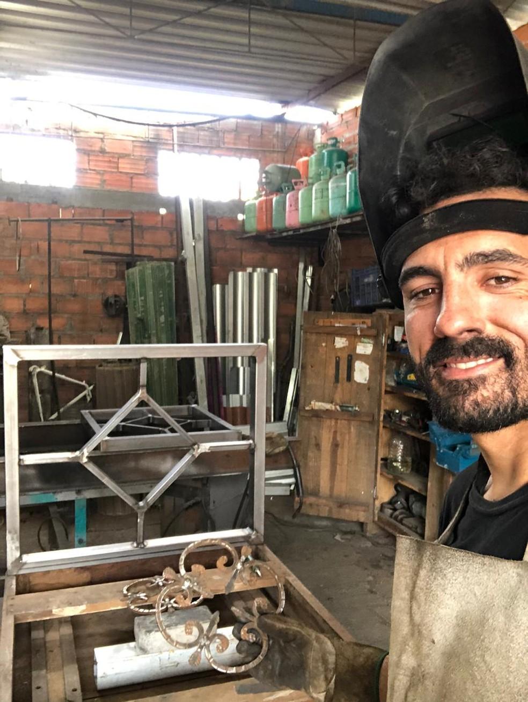 Alberto Uda monta uma peça de ferro por encomenda de um cliente — Foto: Arquivo Pessoal