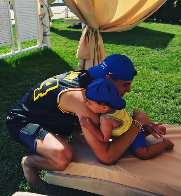 Matheus e Lucca Bachi: abraço antes do jogo do Brasil (Foto: Reprodução / Instagram)