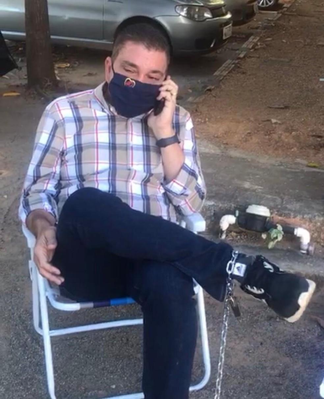 Ex-prefeito de Palmas se acorrentou na porta da CGU — Foto: Divulgação