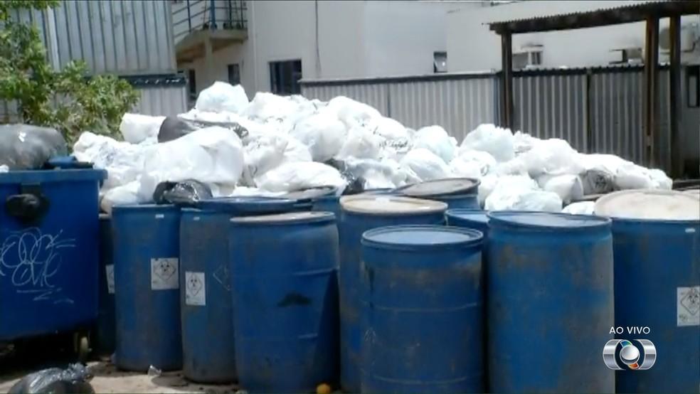 Lixo no Dona Regina volta a ficar acumulado (Foto: Reprodução)