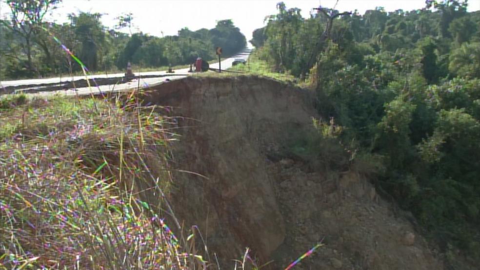 Cratera assusta motoristas que passam pelo trecho da SP-255, entre Coronel Macedo e Itaporanga (Foto: Reprodução/TV TEM)