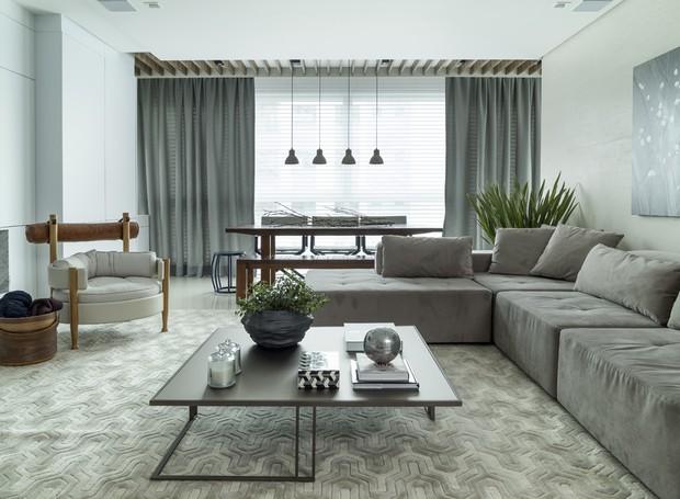 Paleta neutra e integração definem o living do apartamento catarinense (Foto: Mariana Boro/Divulgação)