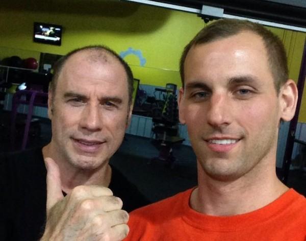 O ator John Travolta com um fã, dentro de uma academia (Foto: Reddit)