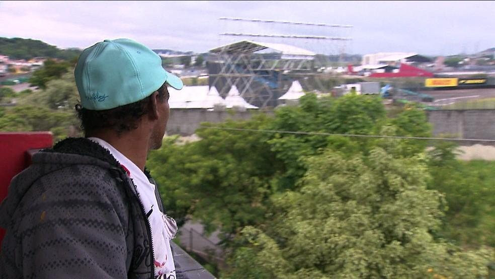 Pedreiro Mário Rodrigues cobra R$ 150 para cada fã ver a corrida de sua varanda — Foto: TV Globo/Reprodução