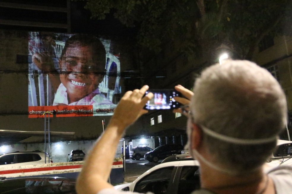 Projeções com fotos e frases homenageiam Miguel Otávio, de 5 anos, morto há um ano — Foto: Marlon Costa/Pernambuco Press