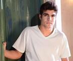 Caio Castro interpreta José Antenor, estudante de medicina que tem vergonha da origem humilde de sua família  | TV Globo