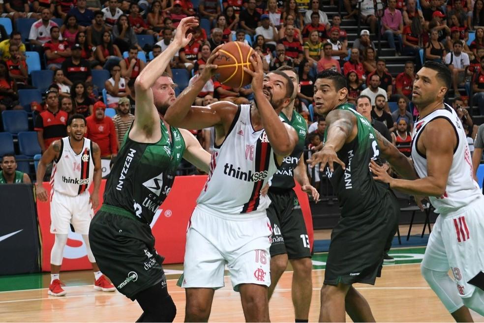 Olivinha foi destaque nos rebotes, sobretudo no início da partida (Foto: Staff Images/Flamengo)