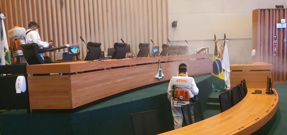 Mesa do plenário da CLDF passa por sanitização, após deputado distrital infectado pelo novo coronavírus comparecer ao local — Foto: CLDF/ Divulgação