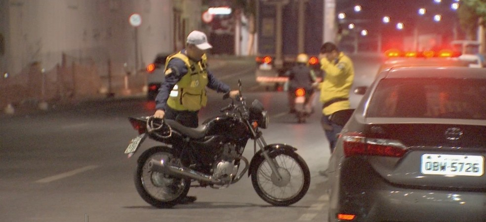 Blitz flagra 21 motoristas embriagados e 5 são presos na Avenida 15 de Novembro, emCuiabá (Foto: TV Centro América)