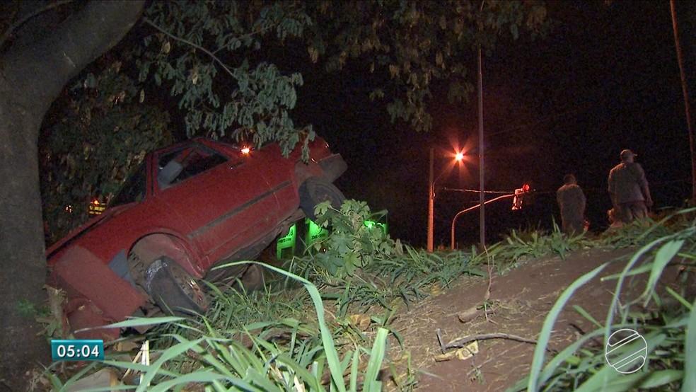 -  Carro não caiu em rio porque bateu em árvore  Foto: Reprodução/TV Morena