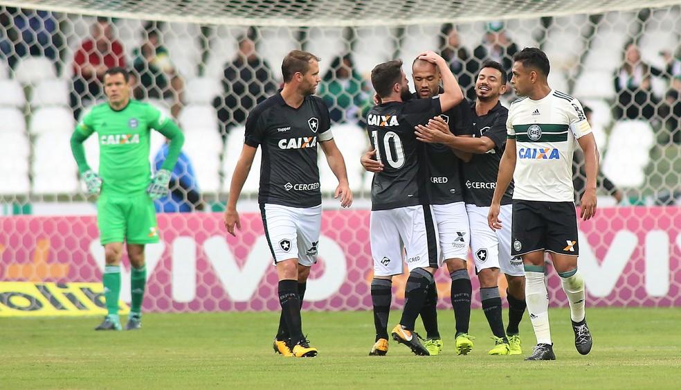 Roger chegou a 17 gols no ano e está a 5 de sua melhor marca (Foto: Giuliano Gomes/Agência PR Press)