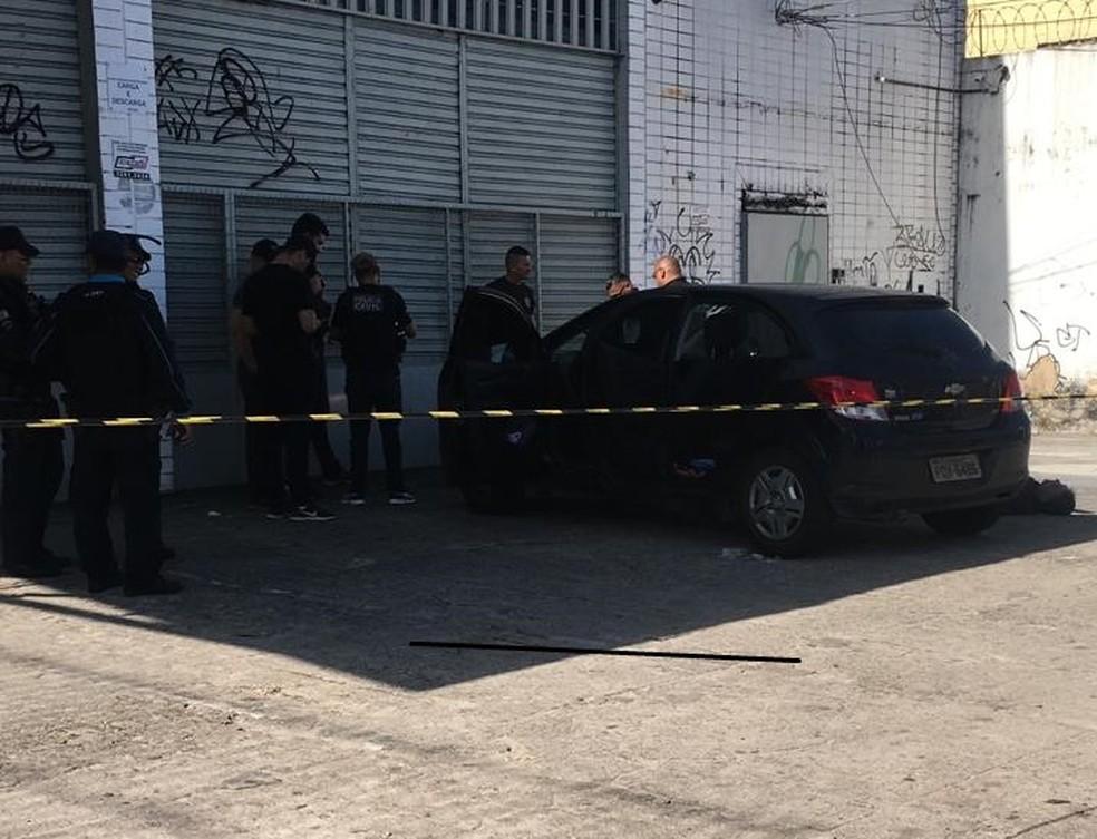 Carro onde homem matou filha e baleou a ex-mulher na Avenida Mister Hull — Foto: Felipe Mesquita/Sistema Verdes Mares