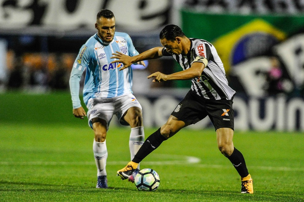 Ricardo Oliveira (à dir.) domina a bola diante da marcação de Pedro Castro (Foto: Agência Estado)