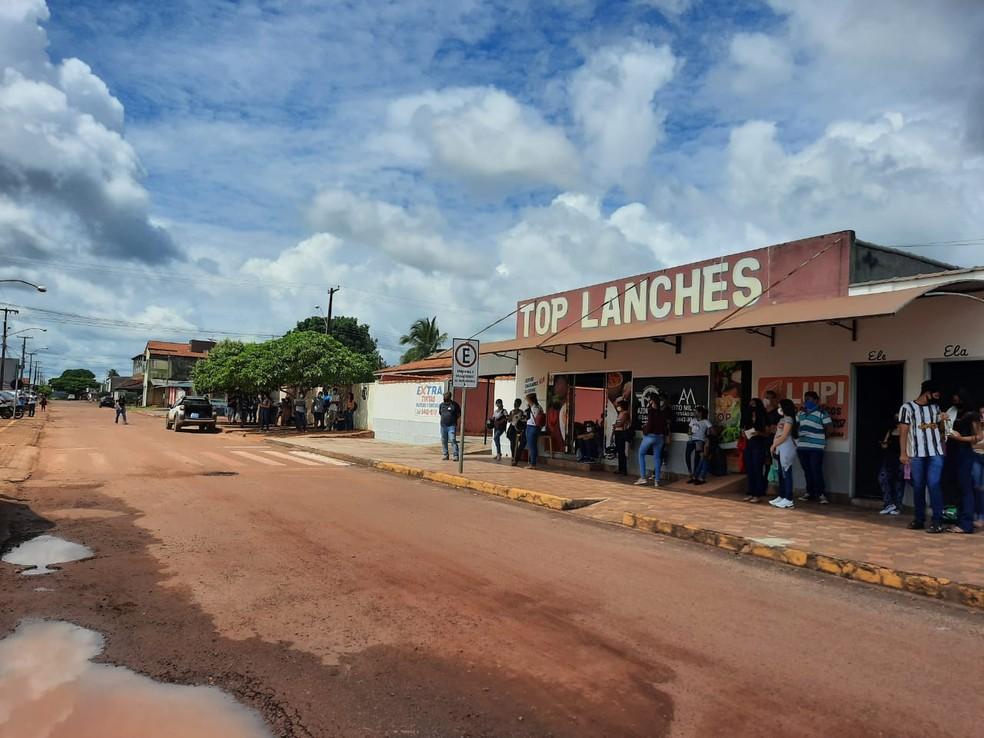 Candidatos do Enem tentam fugir do sol e perto dos locais de prova em Rolim de Moura, RO — Foto: Magda Oliveira/Rede Amazônica