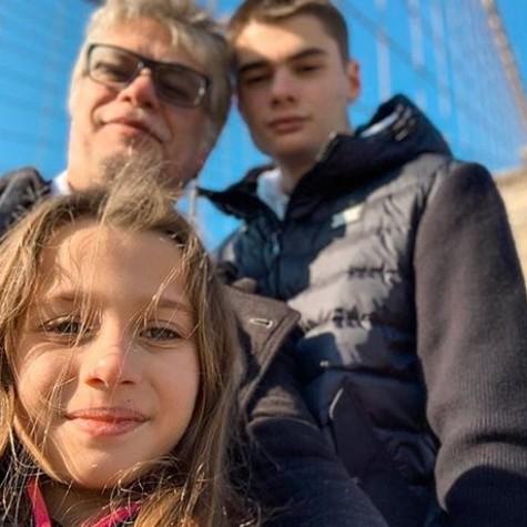Fabio com os filhos, Ella e João (Foto: Reprodução/Instagram)