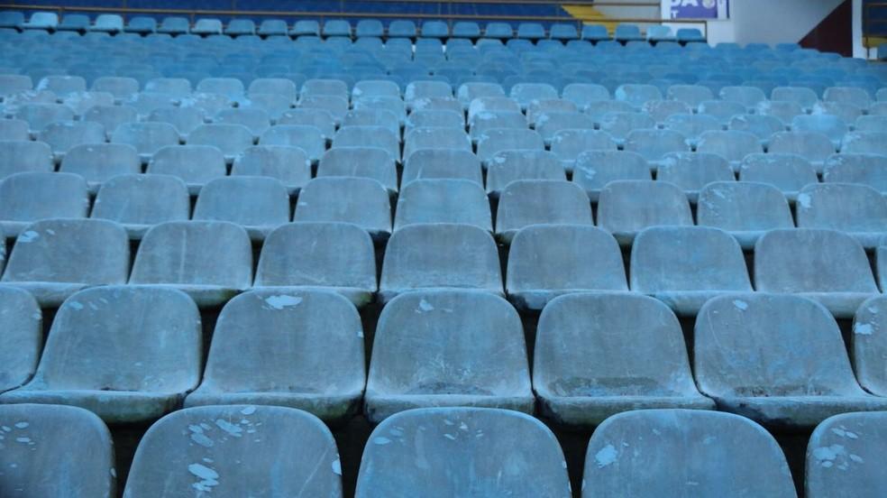 Cadeiras do Estádio Monumental de Maturón estão desgastadas pelo tempo (Foto: Eduardo Deconto)