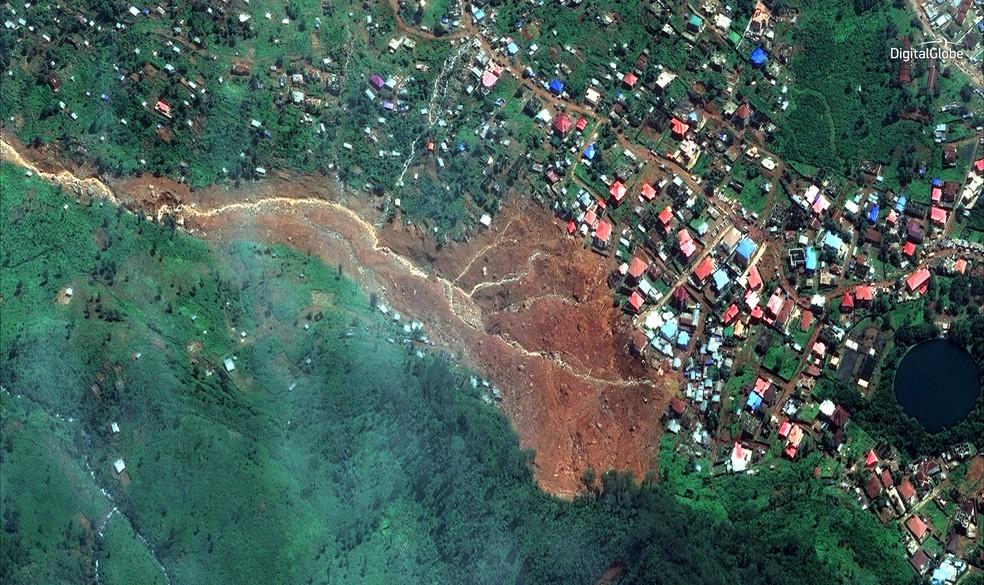 Imagem de satélite mostra região onde houve deslizamento de terra em Serra Leoa (Foto: DigitalGlobe via AP)
