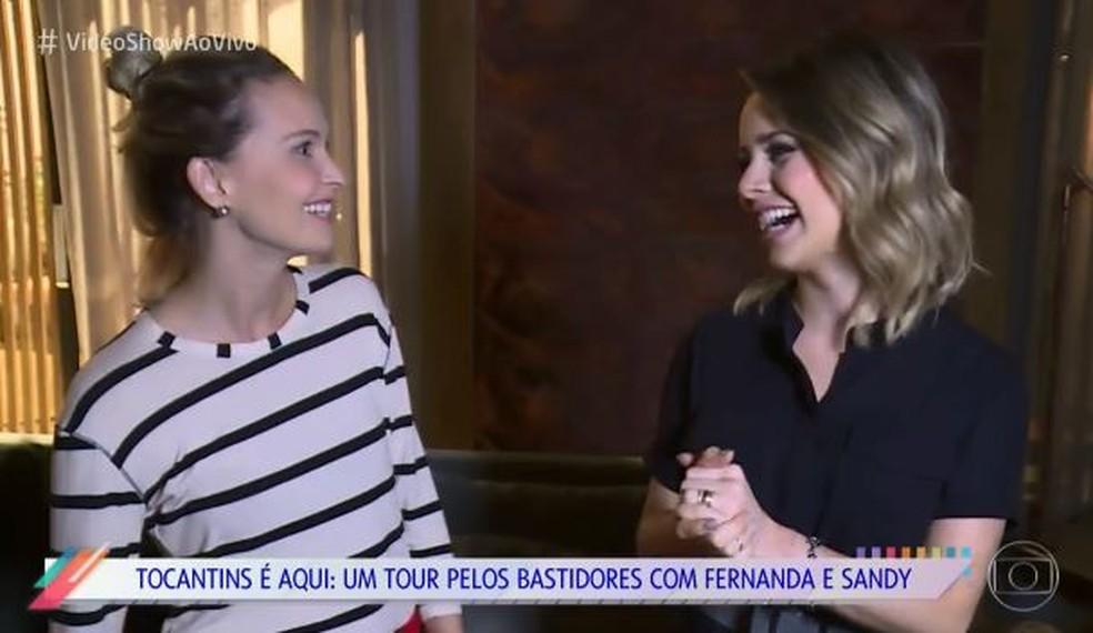 Sandy surpreende a amiga Fernanda Rodrigues nas bastidores de 'O Outro Lado do Paraíso' (Foto: TV Globo )