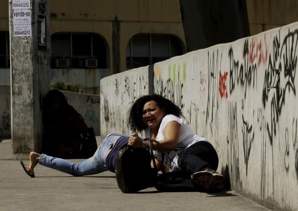 PM fez operação na comunidade da Rocinha na manhã desta sexta. Na foto, troca de tiro de policiais em baixo da passarela (Foto: Gabriel Paiva / Agência O Globo)