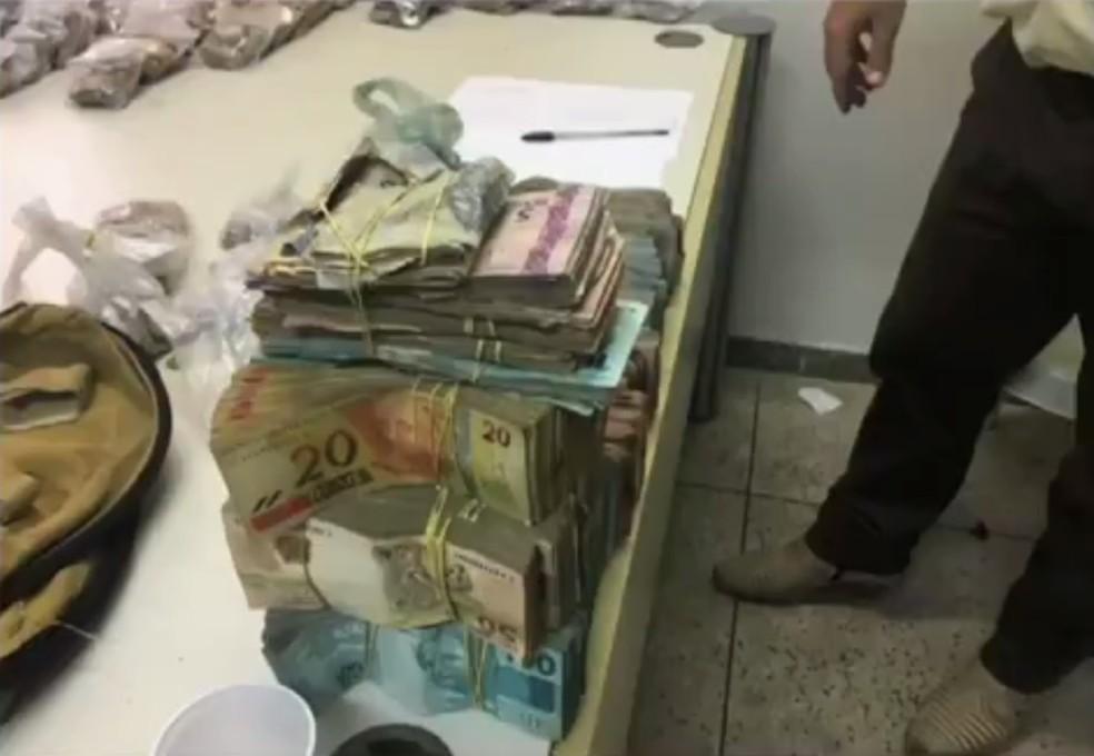 Na época do assalto, polícia recuperou parte do dinheiro levado pelo bando (Foto: TV Verdes Mares/Reprodução)