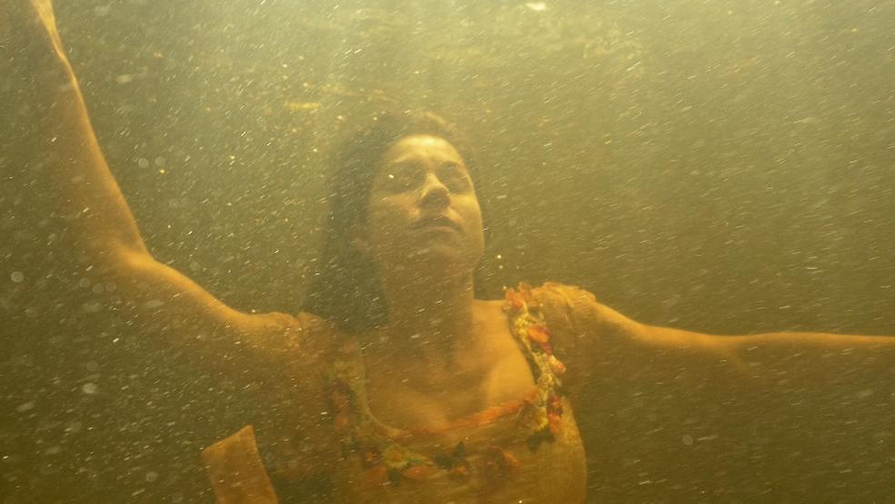 Mariana vai para o fundo e afunda (Foto: TV Globo)