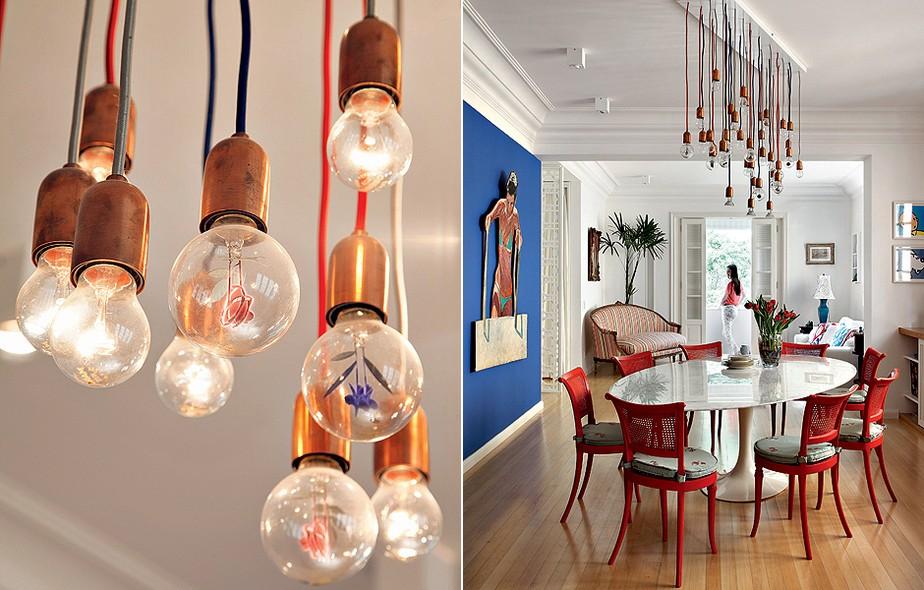 A luminária com miniesculturas nas lâmpadas é uma das surpresas na casa de Aniela Jordan e da filha, Giulia. Posicionada na diagonal, ela sugere que a mesa Saarinen e as cadeiras herdadas de família sigam a mesma direção e tudo sai do previsível