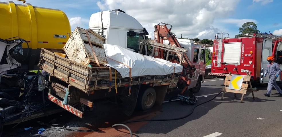 Caminhão-tanque, carreta e dois carros se envolveram em engavetamento em Marília — Foto: Divulgação/Corpo de Bombeiros