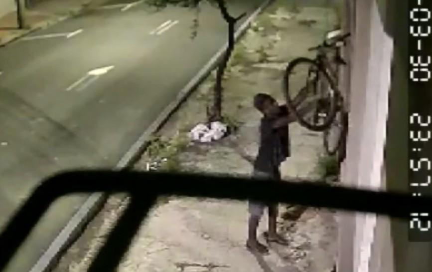 Câmera de segurança flagra dupla durante furto a objetos de casa em Piracicaba; VÍDEO