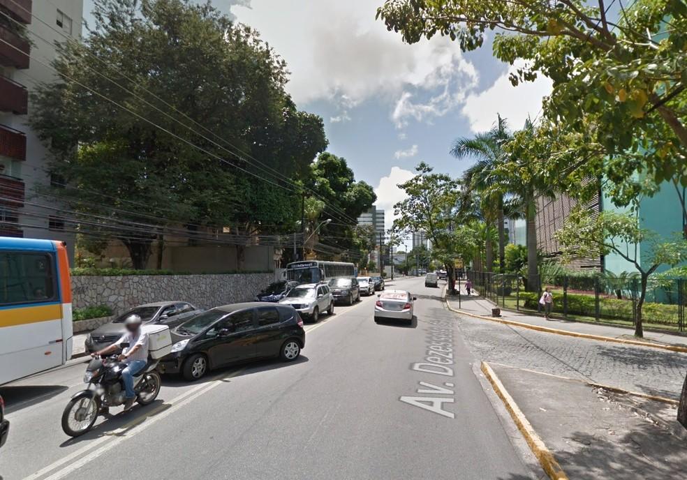 Parada de ônibus passa a funcionar 70 metros à frente, em Casa Forte, na Zona Norte do Recife (Foto: Reprodução/Google Street View)