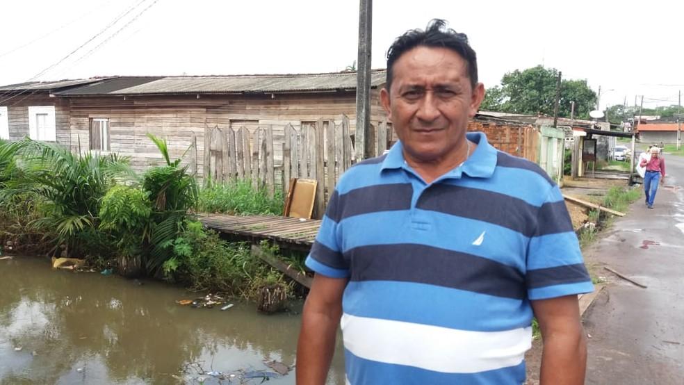 Pedreiro Edivaldo Marques pede que populares não joguem lixo no canal — Foto: Carlos Alberto Jr/G1