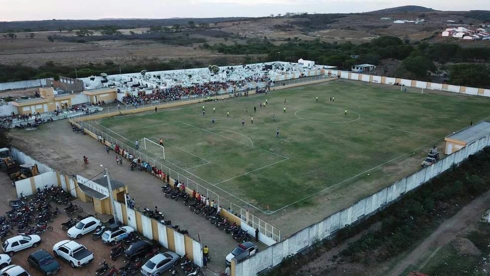 Imagem aérea mostra cemitério e campo de futebol no interior do RN  (Foto: Wagner Souza )