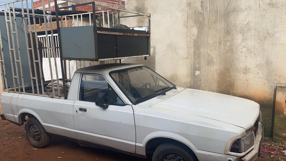 Homem foi preso suspeito de agredir e prender filho dentro de jaula instalada no carro, no DF — Foto: Sthefanny Loredo/TV Globo
