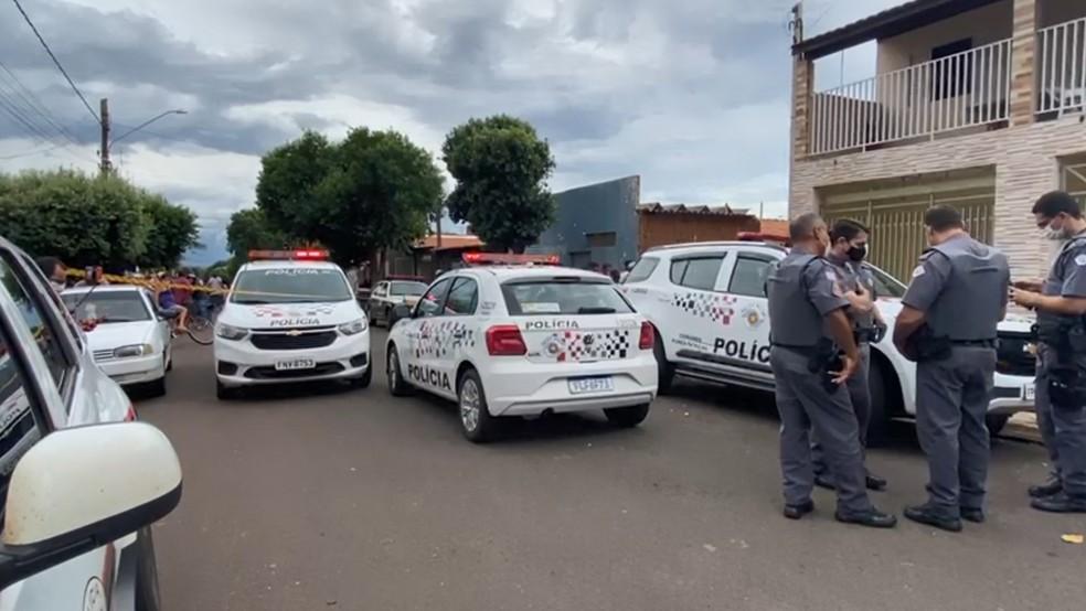 Policiais militares atendendo ocorrência em Pereira Barreto  — Foto: Anderson Antunes/TV TEM