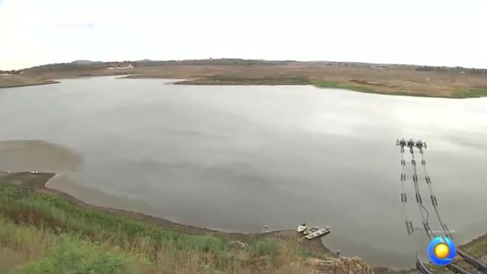 Água do Açude de Boqueirão é retirada por sistema de captação flutuante (Foto: Reprodução/TV Paraíba)