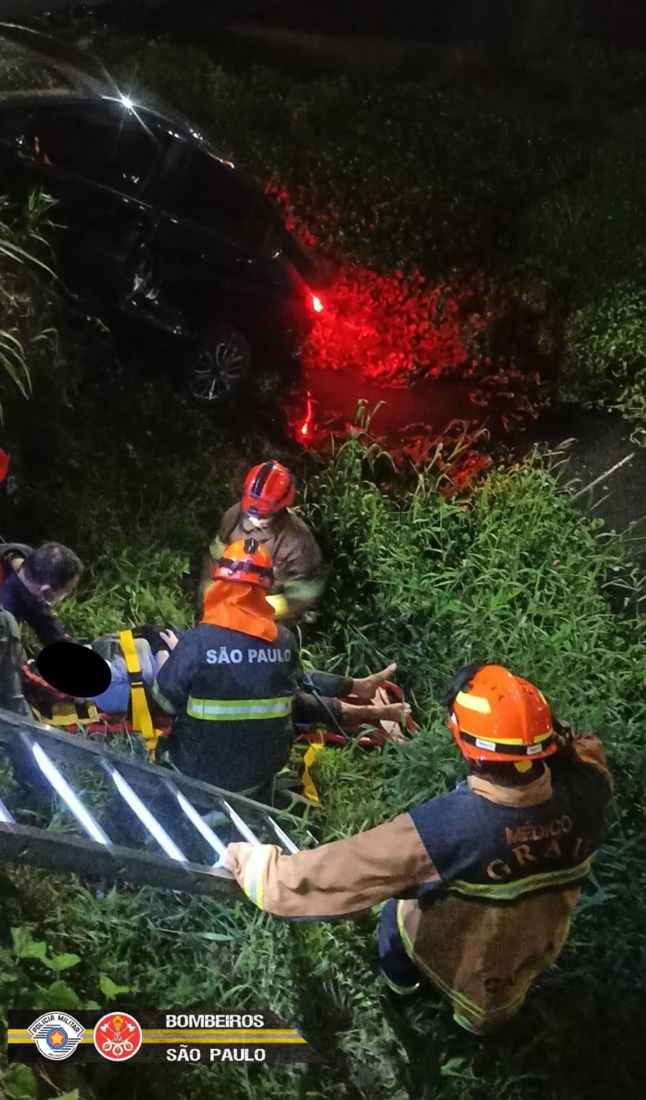 Motociclista fica ferida ao cair no córrego do Vidoca após acidente com carro em São José