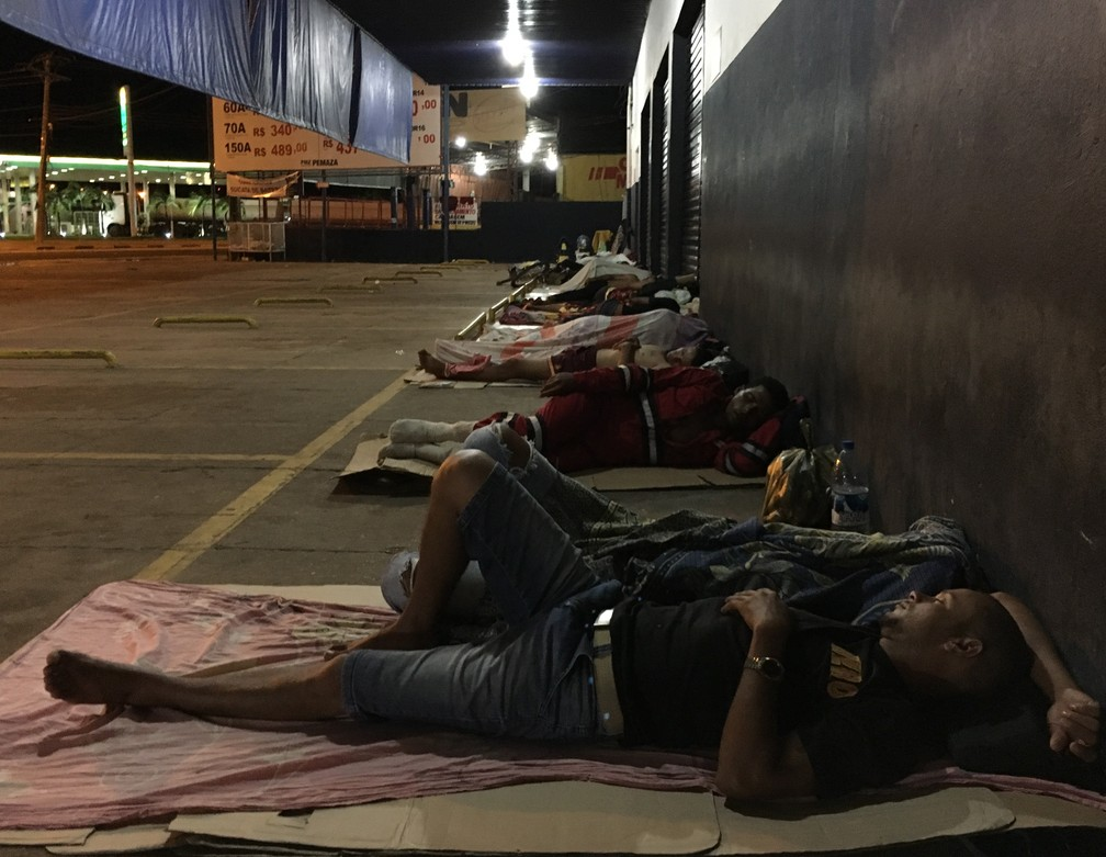 -  Venezuelanos passam a noite debaixo das marquises no entorno da praça Simón Bolívar  Foto: Emily Costa/G1 RR