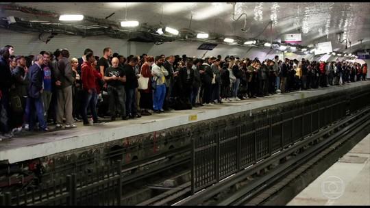 Tralhadores de Paris fazem greve contra reforma da previdência
