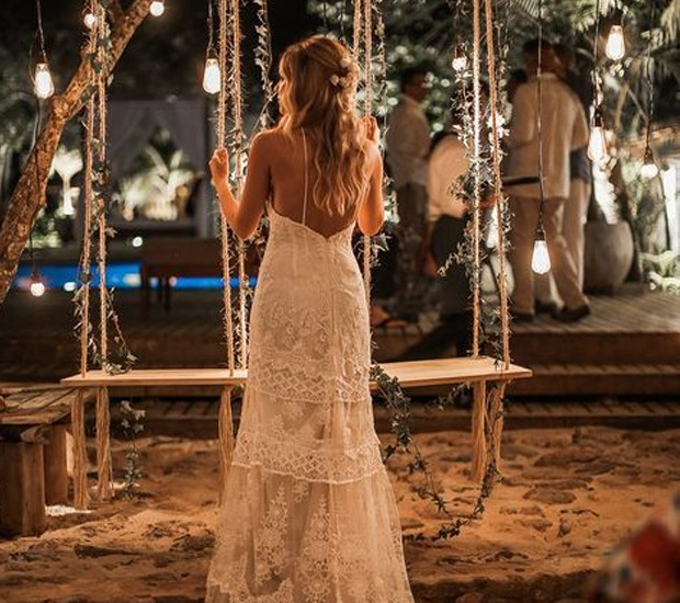 As texturas das cordas e até mesmo do vestido, juntas à luz amarelada também são funcionais na hora de harmonizar as cores do casamento (Foto: Pinterest/ Reprodução)