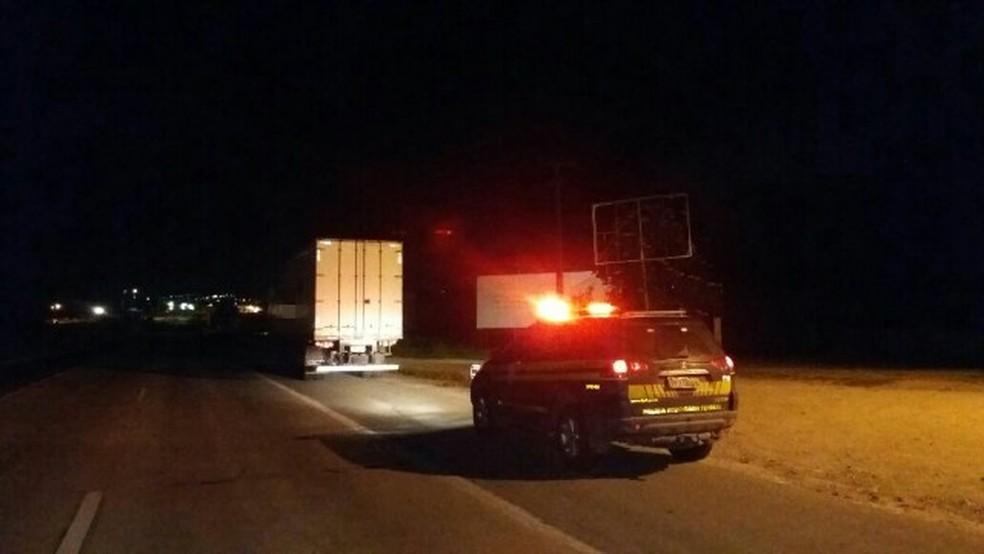 Caminhão foi apreendido com a carga em Gravatá (Foto: Divulgação/PRF)