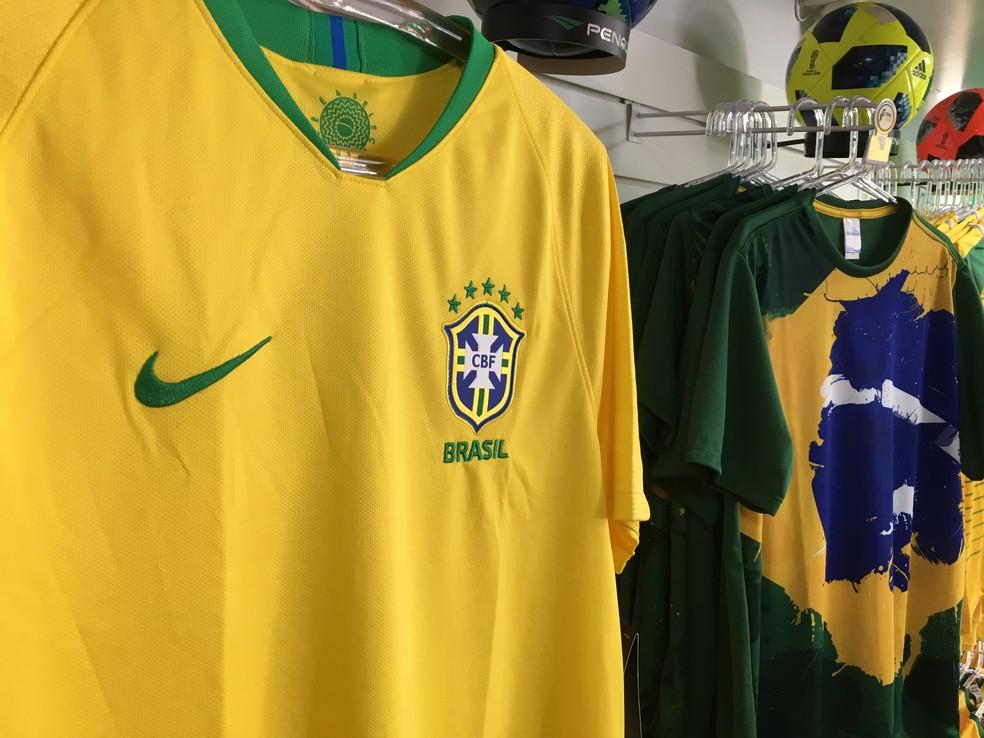 fc24d7e6e531a ... Camisa oficial da seleção brasileira no Copa do Mundo 2018 à venda na  loja Grandes Torcidas