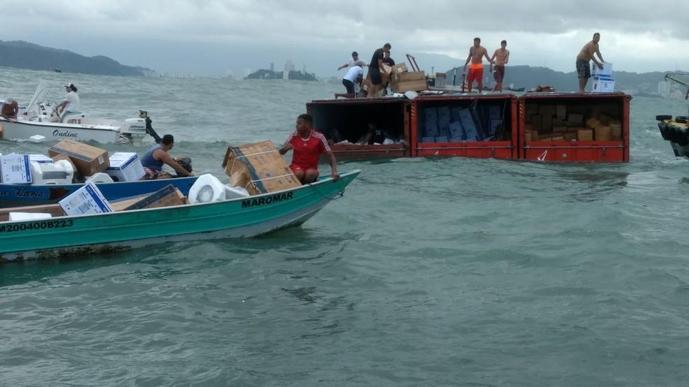 Grupo foi flagrado saqueando contêineres que caíram no mar em Santos, SP (Foto: Arquivo Pessoal)