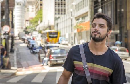 Na terça (9), Bruno (Rodrigo Simas) irá socorrer Laila e acompanhar a jovem até o hospital. Lá, ele logo irá se encantar pela mocinha Rede Globo / Paulo Belote