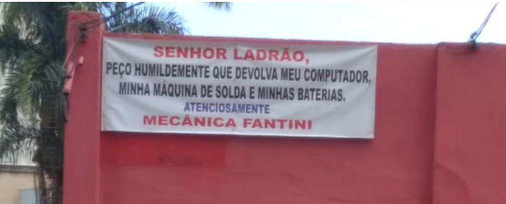 Faixa faz apelo ao ladrão para devolução dos bens roubados — Foto: Patrícia Fiúza/ G1