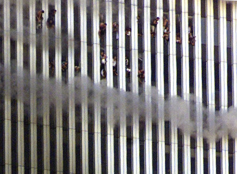 Pessoas pedem por socorro das janelas da torre norte do World Trade Center em chamas durante ataque terrorista de 11 de setembro de 2001, em Nova York — Foto: Jeff Christensen/Reuters/Arquivo