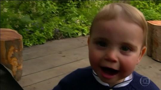 William e Kate divulgam fotos dos filhos brincando em jardim